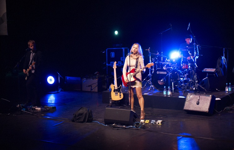 Liz Phair performs in London at debut of 'Dreamland'